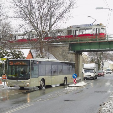Breitenfurter Straße Liesingbrücke©                     Door darkweasel94 (Eigen werk) [Attribution], via Wikimedia Commons